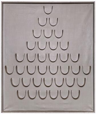 Gemälde/Installation Hermann Goepfert 1926 Bad Nauheim - 1982 Antwerpen o.T. (statischer Reflektor) 1967 verso sign. u. dat. Goepfert. Antw. 67 Holzrahmen silberfarben, 37 u-förmige Aluminiumstreifen, 183 x 154 cm Provenienz: Goepfert Atelier, Antwerpen; 1968 Galerie Lichter, Frankfurt am Main; Sammlung J. Walter Thompson, Frankfurt am Main Ausgestellt: Palais des Beaux-Arts, Brüssel 1967 WKVZ: Kemfert 360